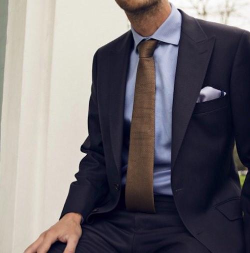 ネイビースーツ茶色無地ネクタイ青ワイシャツ1