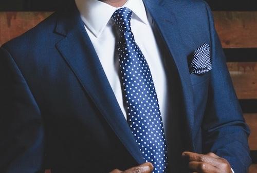 ネイビースーツとドットタイの着こなし1