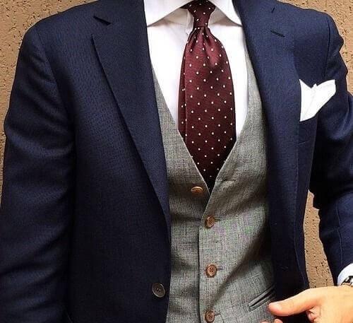 ネイビースーツとドットタイの着こなし4