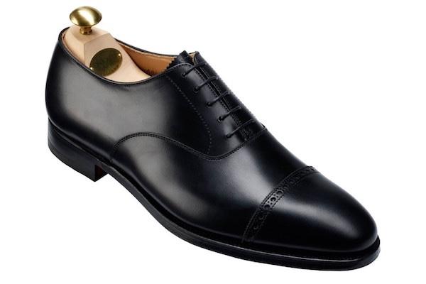 グッドイヤーウェルト(グッドイヤーウェルテッド)製法とは、アッパー(靴の上部)とソール(靴底)を直接縫いつけるのではなく、ウェルトという部品を介して縫合する